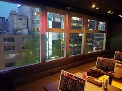 夜景が見えるテーブル席もございます!テーブルをつなげてもご利用いただけるので、会社宴会にもピッタリです。