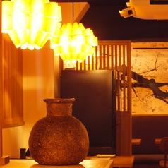 【設備】ランプや壷などの装飾品も、一つ一つにオーナーのこだわりが詰まっています。お席それぞれに色があるので、どの席に座っても楽しめるでしょう。