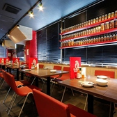 ★テーブル席★(宴会向き)どこかポップでコントラストの効いた配色がアジアの可愛らしい料理店そのままのテーブル席。その中でも目を引くのが窓際に並んだ世界各国のスパイスたち。テーブルのレイアウトを自由に変えて28名様(貸切の場合は60名様まで)までの宴会が可能ですので、会社仲間での集まりなどにどうぞ。