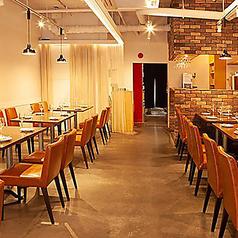 雰囲気抜群の当店自慢のテーブル席♪外の街の雰囲気とは変わって落ち着いた雰囲気の中でお食事をお楽しみいただけます♪