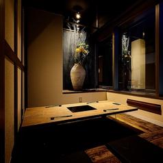 壁と扉に仕切られた掘りごたつ完全個室。1つ1つの個室に装飾を施しています。装飾は大阪で有名な生花店に制作して頂きました!※歓送迎会シーズンはお早めのご予約がおすすめです。