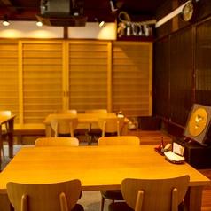 【1階テーブル席】テーブル席と小上がりのテーブル席をご用意しております。