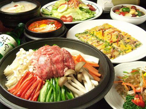 チゲ鍋などの定番料理から、最近話題の三段豚バラセットまで韓国料理が盛りだくさん♪