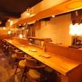 【カウンター】目の前で料理人が直接提供してくれる、広々したカウンター席。横に並んでのデートや、少人数様でのご利用にもオススメです。