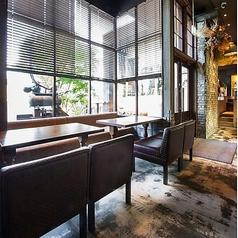入口付近のソファ席はゆったりくつろげるので人気のお席です。カップルシートとしてもご利用いただけます。