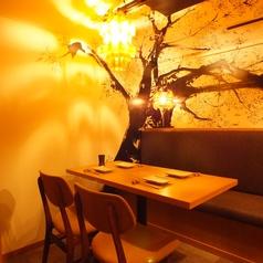 【2名~4名ソファー様】パーテーションで仕切られた、桜の絵画が映える美しい4名様席。天井にあたる灯りは桜の花の形になる様に造られており、幻想的な雰囲気を醸し出します。