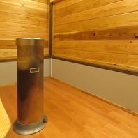 木の温かみを感じられる喫煙専用室