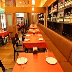 自由にアレンジが可能なテーブル席は、小人数でのお食事会やお一人様でのランチでもごゆっくりおくつろぎいただけます◎夜はぐっと照明を落として大人な雰囲気を演出。デートにもぴったり♪
