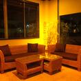 ふっかふかのクッションでゆったり座れるソファ席は雰囲気抜群♪バリ島などを思わせる見た目で、滞在中はまるでリゾート気分!?