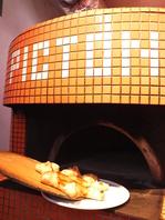 石釜で焼き上げるピッツァ