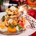 """生クリームや新鮮なフルーツをたっぷり盛り付けた迫力満点""""ワッフルタワー""""は、バースデープレートにオススメ♪その他にも、ホールケーキや可愛く盛り付けられたバースデープレートを種類豊富に取り揃えております。誕生日・記念日のお祝いは当店で是非!"""
