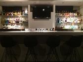 お酒とともに、スタッフの方との会話も楽しめるオシャレなカウンター席。