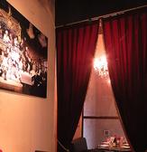 こちらのお席のためだけに生地からオーダーメイドした、ビロードのカーテン。深いボルドーワインの色合いに思わずうっとりしてしまうような演出です。プライベート空間で特別な時間をお過ごしください。
