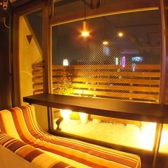 夜景も見渡せるテラス側のカップルソファー席♪