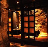 洞窟をモチーフにした空間。大小個室完備。新横浜駅すぐ