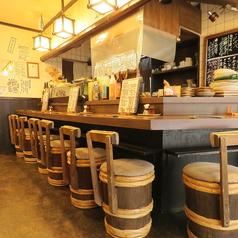 【カウンター】 1名×8席 お一人様からも気軽に入れます。気さくなオーナーとお酒を交えて談笑もおススメ。お酒と美味しい鶏料理で、ホット安らぐひととき。