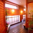 【内観】廊下をすすむと、様々なところに、木や竹を使用した店内となっております。