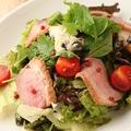 料理メニュー写真合鴨と燻製ナッツのシーザーサラダ