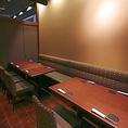 落ち着いた空間の店内で、少人数の飲み会、大人数宴会、接待など様々なシーンでご利用いただける完全個室もご用意しております。宴会個室は最大24名様までご利用可能!広々としたテーブル席で大人数でもゆったりとお過ごしいただけます。