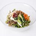 【東京純豆腐サラダ】野菜と豆乳にがっつり絡んだ特製肉味噌が食欲増進!