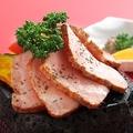 料理メニュー写真ハーブ豚ロース肉の桜薫仕立て溶岩プレート