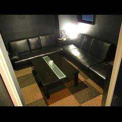 靴を脱いでリラックス、高級感のあるソファーお座敷個室。小さなお子様連れにも大人気です。