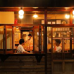 夜になると周辺は暗く店内からは暖かい光で照らされております。また、お仕事帰りやお休みの日に同僚やご友人とサクッと飲みたい!美味しい料理を食べたい!なんて・・・最高のお店になっております!新鮮な海鮮やお肉料理はもちろん!美味しい日本酒やキンキンに冷えたドリンクをご用意してお待ちしております!