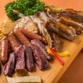 当店は美味しいお肉にこだわる居酒屋♪質が高く美味しいお肉を低価格でご提供出来る理由は肉問屋の直営だからです!生肉を販売する肉問屋は鮮度が命!徹底した品質管理のもと、冷凍ものではなく生の状態で仕入れ・ご提供いたしますので牛肉本来の旨みや甘みといった素材味が味わえます。