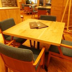 【広々とした開放感のあるテーブル席】4名席