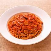 【トマトとニンニクのスパゲティ】カプリチョーザのこだわりであるトマトの生産地は南イタリアプーリア州の契約農場フォッジャ。果肉が厚く旨味成分の多い長トマトを使用しており、旬の味をそのままに、厳しい品質管理を検査を経た完熟トマトをぜひお楽しみください。写真のパスタはそのトマトを使用した当店大人気の商品♪