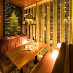 ちょっとした飲み会や女子会などにおすすめな夜景の見えるダイニングテーブル席。新宿の夜景を眺めながら思い出のひと時をお過ごしください!※写真のお席は系列店です。詳しいお席の様子はお電話にてお問い合わせ下さいませ。