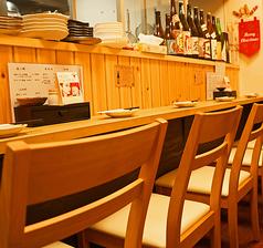 店主との会話を楽しめる特等席となっております。店主との距離が近くお一人様にも人気の席がこちらのカウンター席です。