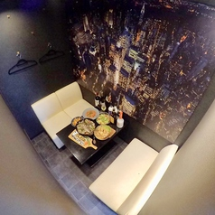 店内全テーブルに仕切り付きの半個室OK!!落ち着きのある内装で合コンやデート、女子会などの普段使いに◎