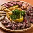当店の飲み放題付き宴会コースでお楽しみいただける肉盛りプレートは種類豊富に美味しいお肉を楽しめるので大人気!調理方法もしっかりこだわり、お肉に合うオリジナルソースの開発や、細かい塩加減にまで気を使って素材本来の美味しさをお楽しみいただけます♪