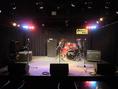 広いステージと照明設備でLIVEに最適!