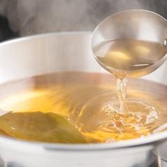 料理メニュー写真黄金色に透き通るあっさりした出汁!
