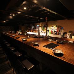 バーカウンター。バースタッフとのおしゃべりや、デートの2次会でお洒落な雰囲気を楽しんでください。