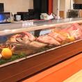 【完全個室/寿司/和食】カウンター前にあるショーケースには、その日入荷したばかりの鮮魚がズラリと並べております。季節の食材と料理人の技が織りなす絶品料理を、地元の銘酒と一緒にお楽しみください。