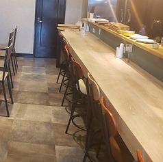 広々としたカウンター席。お1人様でのお食事や、デートのご利用などにもオススメなお席です。
