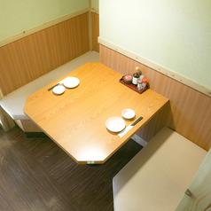 2名様用テーブル席ございます。囲っている感じなので気分は半個室な気分でゆるりとお過ごしいただけます。気心し知れた飲み友やお近くのショッピングモールでデートの後のお食事にいかがでしょうか?