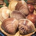鮮度抜群の新鮮な貝類や海老等、目の前で焼きながお食事を楽しめる海鮮浜焼きがスタートしました!中でも人気は貝3種+海老串セット1990円!盛り合わせの豪華さは、この上ありません!!
