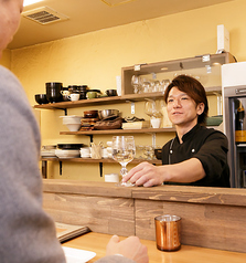 店内:調理シーンも眺められるカウンターのお席は、スタッフにもお気軽に話しかけていただけます♪