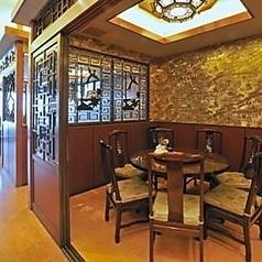 【世代を選ばない快適空間】広々として開放的な店内は、どんな世代の方でもくつろげる空間です。お気軽に、贅沢な気分を味わいながらおいしい料理をお召し上がりください!