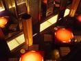 あたたかい光に照らされた写楽。吹き抜けの天井が格別の空間を生み出す。
