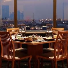 煌めくベイエリアの夜景を間近に、非日常を感じられるテーブル席。各テーブルごとに独立した空間で、ほかのお客様に気兼ねなく会話もお楽しみいただけます。シンプルで落ち着きのある雰囲気は、大人の上質な時間にぴったり。普段使いも、ちょっとしたおもてなしも、幅広いシーンに活躍します。