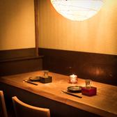 三宮の喧騒を忘れさせる和風情緒溢れる店内♪半個室のテーブル席はスクリーンを降ろす事によってプライベート空間に!!