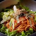ビビン冷麺は辛さと旨味がクセになる一品!定番の韓国冷麺もあっさりして食欲がすすみます♪ほかにも旨辛肉うどんやきつねうどんも!麺類だけでも豊富にご用意しております。