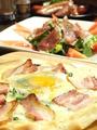 料理メニュー写真とろーり温玉乗せフィレンツェ風ピザ