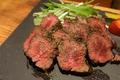 料理メニュー写真人気NO1!!熟成ハラミステーキさっぱりとした肉質がたまらない、わさび岩塩、ソースお好みでどうぞ