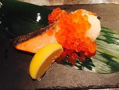 料理メニュー写真村上産塩引き鮭 (まんま焼き/いくらのせ親子焼き)